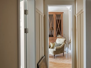 Classic style corridor, hallway and stairs by COUTURE INTERIORS Classic