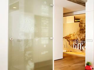 Vivienda Pasillos, vestíbulos y escaleras de estilo moderno de estudioitales Moderno