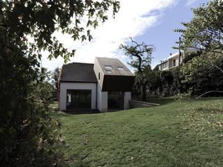 Surélévation d'une maison à Palaiseau Maisons originales par PLAYGROUND ATELIER D'ARCHITECTURES Éclectique