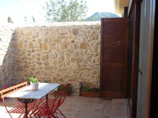 Masia rural. Terres de l'Ebre Balcones y terrazas de estilo rural de pep sala + rosa-mari portella arquitectura Rural