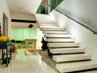 Renato Lincoln - Studio de Arquitetura Modern Corridor, Hallway and Staircase
