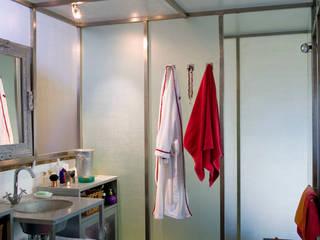 salle d'eau: Salle de bains de style  par Violaine Trolonge