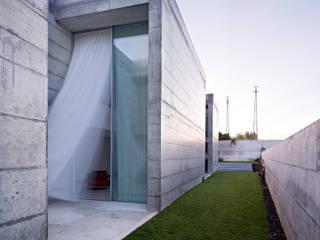 Casa em Moreira: Jardins minimalistas por Phyd Arquitectura