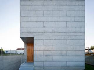 Casa em Moreira: Casas minimalistas por Phyd Arquitectura