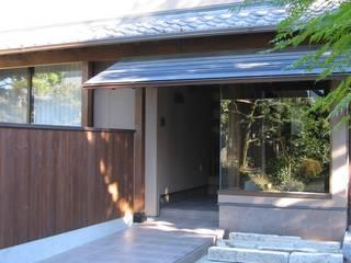 蚊帳のれんを潜る家: 山田高志建築設計事務所が手掛けた家です。