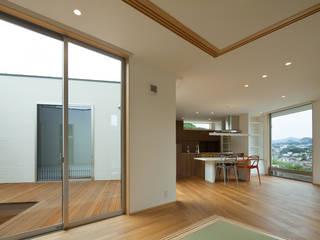 HOUSE IN SHIRATAKE モダンデザインの リビング の J.HOUSE ARCHITECT AND ASSOCIATES モダン