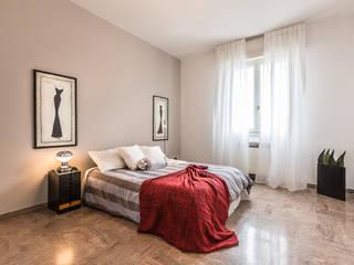 la camera matrimoniale:  in stile  di FOSCA de LUCA Home Stager & Redesigner