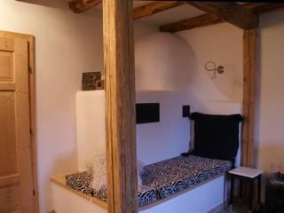 Sanierung Bauernhaus Wohnzimmer im Landhausstil von Schmiedhaus - Ökologische Baustoffhandel - Lehmputz u.v.m. Landhaus