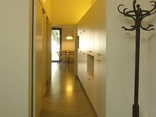 Reforma de vivienda entre medianeras, L'Hospitalet de Llobregat: Pasillos y vestíbulos de estilo  de pep sala + rosa-mari portella arquitectura
