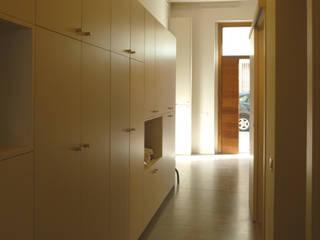 Reforma de vivienda entre medianeras, L'Hospitalet de Llobregat Pasillos, vestíbulos y escaleras de estilo moderno de pep sala + rosa-mari portella arquitectura Moderno