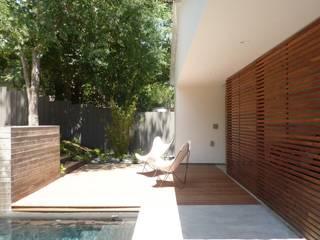 Pool im Zentrum der Aussengestaltung Moderner Balkon, Veranda & Terrasse von Ecologic City Garden - Paul Marie Creation Modern