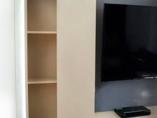 DETALLE MUEBLE TV FAMILY: Salas multimedia de estilo  por Chiffonnier