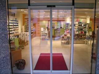 Eingang Apotheke:  Geschäftsräume & Stores von AR-GE Schackl