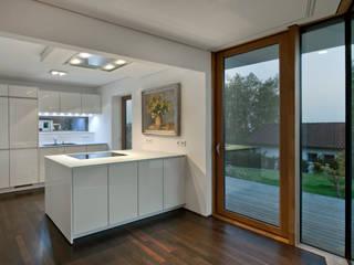 Küchenbereich: moderne Küche von Kauffmann Theilig & Partner, Freie Architekten BDA