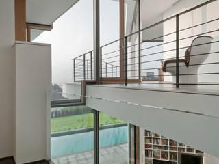 Haus mit Blick über Ulm Moderner Flur, Diele & Treppenhaus von Kauffmann Theilig & Partner, Freie Architekten BDA Modern