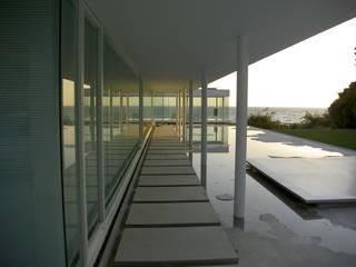 ガラス建築: 近藤博史建築設計事務所が手掛けたテラス・ベランダです。