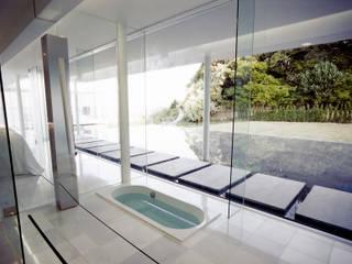 ガラス建築: 近藤博史建築設計事務所が手掛けた浴室です。
