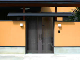 数寄屋門: 杉山真設計事務所が手掛けた家です。