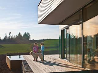 Haus am Hang in Altensteig Moderner Balkon, Veranda & Terrasse von Kauffmann Theilig & Partner, Freie Architekten BDA Modern