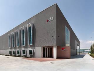 Edificio per Logistica e Trasporti: Complessi per uffici in stile  di PoliedroStudio srl
