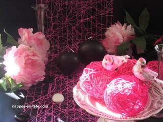 déco de table Noir et Fushia      Thème Noir/Rose/ créé par Nappes en Fête:  de style  par Nappes en Fête