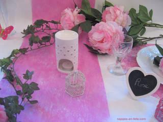 Déco de table blanc et fushia - Thème Blanc/Rose/ créé par Nappes en Fête:  de style  par Nappes en Fête
