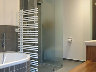 Modern style bathrooms by hansen innenarchitektur materialberatung Modern
