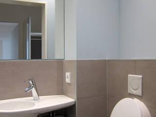 Urinal im Gäste-WC: moderne Badezimmer von hansen innenarchitektur materialberatung