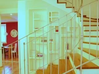 Sistemazione interni e nuova illuminazione casa di borgo di Architetto Lawrence Flisi Moderno