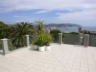 la terrazza, vista verso Lerici: Terrazza in stile  di Riccardo Musmeci Architettura e Design