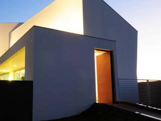 Minimalist houses by MMEB arquitetos Minimalist