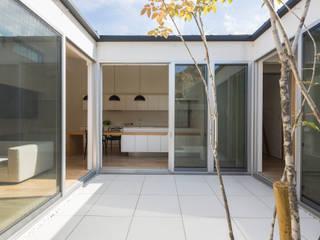 中庭: H建築スタジオが手掛けたテラス・ベランダです。