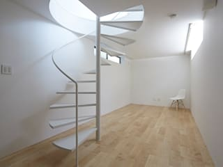 Long Window House Salas multimedia eclécticas de another APARTMENT LTD. / アナザーアパートメント Ecléctico