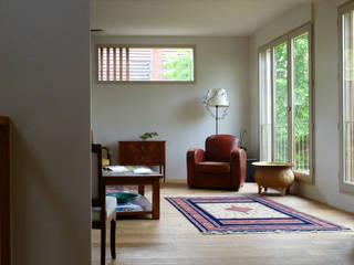 Vue intérieure sur séjour:  de style  par Atelier d'architecture Bm²