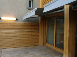 Détail de la terrasse:  de style  par Atelier d'architecture Bm²