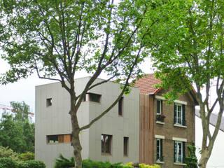 Façade nord sur rue:  de style  par Atelier d'architecture Bm²