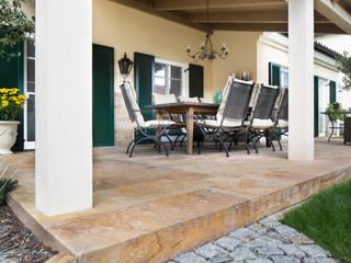 Terrassenboden und Blockstufen aus Travertin Sivas Goldgelb Klassischer Balkon, Veranda & Terrasse von Alpha Stone Natursteine Klassisch