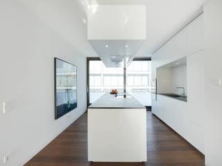 Wohnung K: minimalistische Küche von wesenfeld höfer architekten