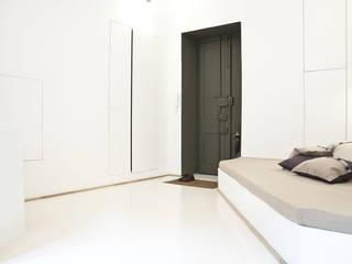 R3ARCHITETTI Pasillos, halls y escaleras minimalistas