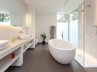 ​Brixham House Modern style bathrooms by Nicolas Tye Architects Modern