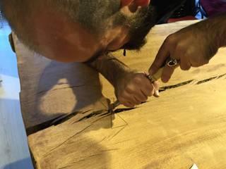 Murat Topuz Atelier – parion wood table: modern tarz , Modern