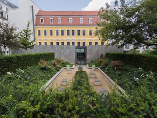 Blick über die Eibenhecke:  Museen von GFSL clausen landschaftsarchitekten gruen fuer stadt + leben