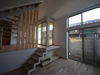 桜台の住まい House in sakuradai: タイラ ヤスヒロ建築設計事務所/taira yasuhiro architect & associatesが手掛けたリビングです。