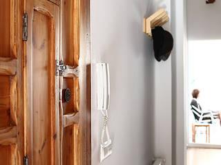 Reforma de vivienda: Pasillos y vestíbulos de estilo  de 5lab