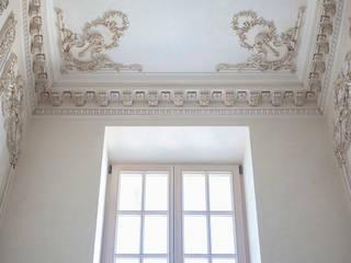 Pasillos, vestíbulos y escaleras de estilo clásico de Back2Architecture Clásico