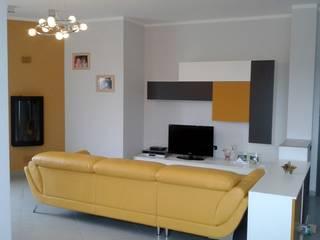 Home Shopper: appartamento di fascia medio-alto nei colori titanio e bianco, con un tocco di senape: Soggiorno in stile in stile Moderno di Indefinito