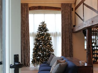 Room Set with the Christmas Tree and Blue Sofa: country Living room by Vanessa Rhodes Interiors