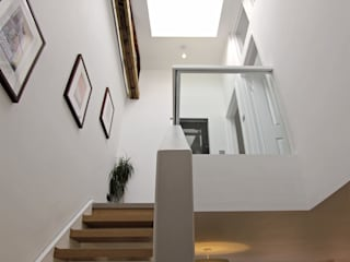 Bespoke designed Oak staircase with glass balustrade and integral lighting. R+L Architect Couloir, entrée, escaliers modernes