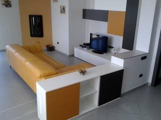 Zona living in senape, bianco e titanio: Soggiorno in stile in stile Moderno di Indefinito