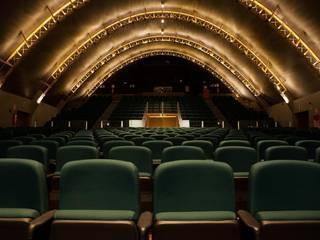 Vista do teatro - fundos: Centros de congressos  por Lazuli Arquitetura